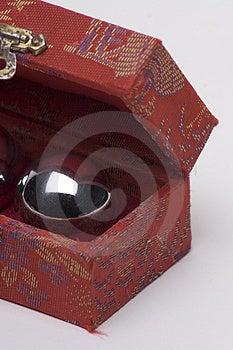 Palla cinese in una scatola Immagini Stock Libere da Diritti