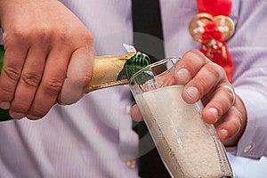 Hände Gießen Champagner Stockfoto - Bild: 24160010