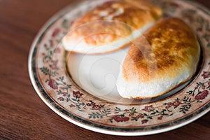 Pastei Twee Met Vlees Op Een Plaat Royalty-vrije Stock Afbeelding - Afbeelding: 24226746