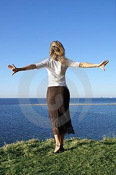 Hermosa niña saltando en el mar azul profundo.