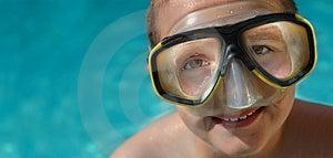 Chlapec v potápačská maska na horúci letný deň horizontálne banner s dostatkom priestoru pre kopírovanie.