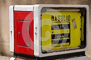 Oude Benzinepomp In Sardinige Stock Afbeeldingen - Afbeelding: 24843124
