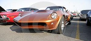 Un vecchio arancione di auto sportive.