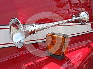 Chromhupe Auf Einer Roten Schutzvorrichtung Lizenzfreie Stockbilder - Bild: 25439059
