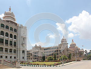 Den Bangalore Landmarksoudhaen Structures Vidhana Arkivbild - Bild: 25464022