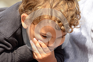 Pojke Som Gör En Rolig Framsida Med Handen Arkivfoto - Bild: 25857680
