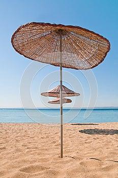 Деревянный зонтик пляжа Стоковое Изображение RF - изображение: 25974036
