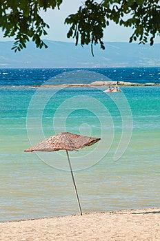在海滩的木席子伞 免版税图库摄影 - 图片: 25974097