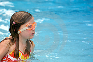 Girl swimming with goggles Free Stock Images
