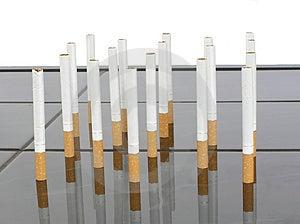 Τσιγάρα σε έναν πίνακα Στοκ Εικόνες - εικόνα: 2677130