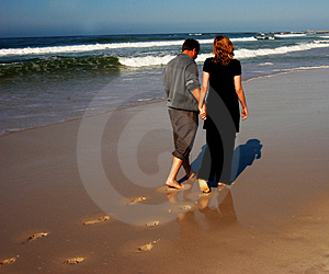 Couple walking on the beach Free Stock Photography