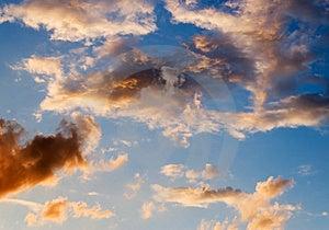 Cielo dopo il temporale estivo con strani colori e di sole proveniente dalla sinistra.