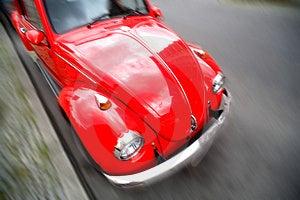 Rclassic auto rossa con la sfocatura.