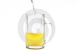 Cerveza Que Llena En La Taza Fría Fotografía de archivo - Imagen: 2985732
