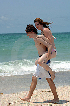 Playful young beach couple Royalty Free Stock Images