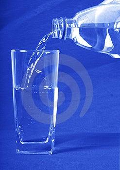 L'eau A Versé Dedans Un Verre Photographie stock - Image: 3031402