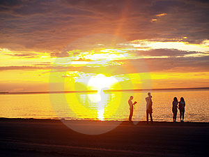 Family looking sunset Royalty Free Stock Photo