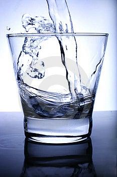 L'eau A Versé Dans Le Verre Photos libres de droits - Image: 3394118