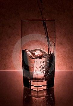 Flytande Som Hälls In I Exponeringsglas Arkivfoto - Bild: 3435000