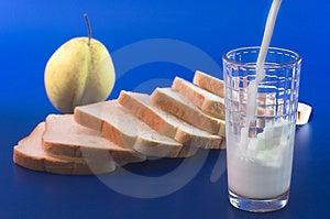 牛奶涌入玻璃 免版税库存图片 - 图片: 3607719