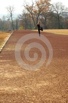 Athletische Junge Frau, Die An Der Bahn Ausdehnt Lizenzfreie Stockbilder - Bild: 386349