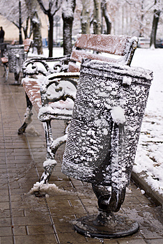 被雪包围住的废弃物框和长凳 库存照片 - 图片: 3826623