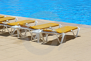 Pool Restbeds Around A Pool Royalty Free Stock Image - Image: 3873486