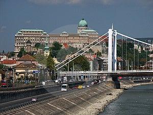 Det Buda slottet och Elizabet överbryggar Arkivbild