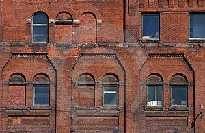 Extérieur d'immeuble de brique avec Windows Photo libre de droits