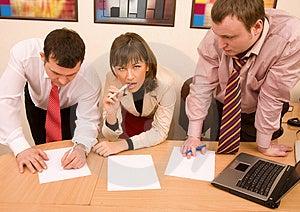Squadra di affari coerente caucasico, uomini e donne sul luogo di lavoro.