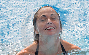 De Vrouw Geniet Van Zwemmend Royalty-vrije Stock Afbeelding - Beeld: 4154636