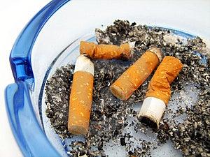 Blauer Glasaschenbecher Mit Zigarette Lizenzfreie Stockbilder - Bild: 4290189