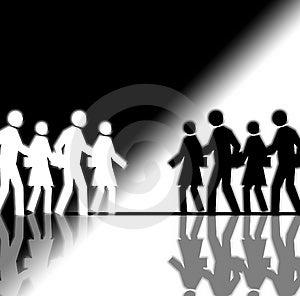 Su blanco y negro multitud que está corriendo en direcciones opuestas.