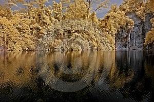 Infrarotfoto – See, Felsen Und Baum In Der Gleichheit Lizenzfreies Stockfoto - Bild: 4557945