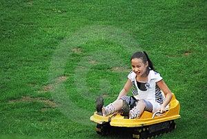 Une Fille Faisant Le Mouvement Glissant D'herbe Image stock - Image: 4580621