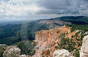 Bryce kanjon och moln Arkivfoto