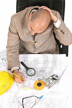 Uomo D'affari Che Pensa Con I Piani Architettonici Fotografia Stock - Immagine: 5008232