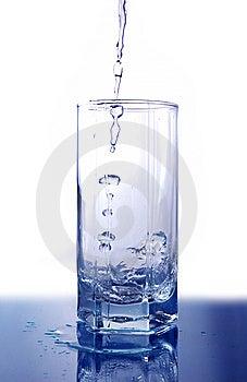 L'eau A Versé Dans Le Verre Image stock - Image: 5281991