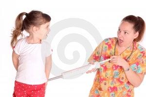 L'infermiere Dà A Bambino Un Colpo Fotografie Stock Libere da Diritti - Immagine: 536738