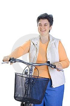 Senior mujer en el ciclo aislado sobre fondo blanco.