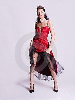 Giovane donna in un abito rosso tirando verso l'alto la parte anteriore del vestito.