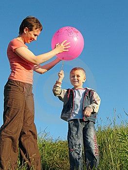 Jeu D'enfant Et De Mère Avec La Boule Photos libres de droits - Image: 5416938