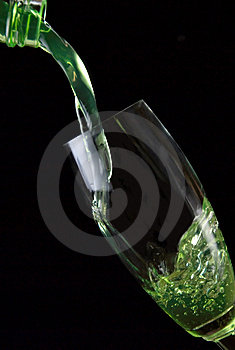 Gegoten Glas Van Drank Royalty-vrije Stock Fotografie - Afbeelding: 5637947