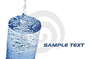 L'eau A Versé Dans Le Verre Images libres de droits - Image: 5645969