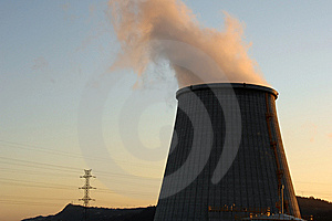 Power Plant, Cooling Towers Emitting Steam Stock Images - Image: 5694714