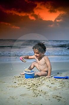 Jungenspiel-Strandsonnenuntergang Stockfotografie - Bild: 6018522