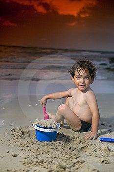 Jungenspiel-Strandsonnenuntergang Lizenzfreie Stockfotografie - Bild: 6018557