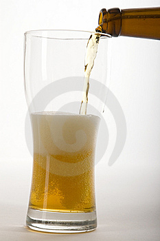 Cerveza Vertida Imagen de archivo libre de regalías - Imagen: 6105326