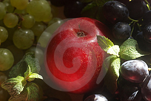 Green And Red Grapes And Apple Royalty Free Stock Image - Image: 6401086