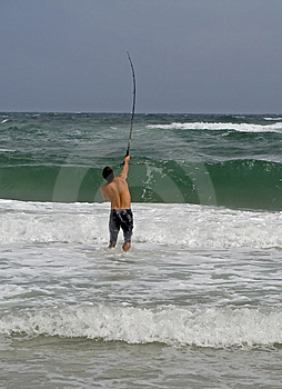 Pesca De Resaca Del Hombre Imagen de archivo - Imagen: 6459101